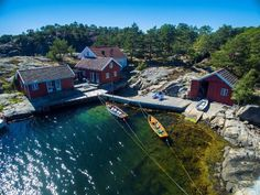TRE HYTTER: Med tre hytter på eiendommen er det godt med plass til besøk av familie og venner. (Foto: Fokus Foto)