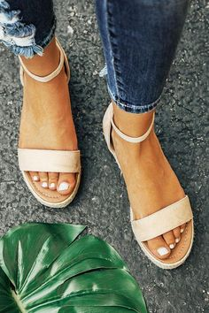 Discover New Look's trendy collection of girls' heeled sandals, by using stop back flip flops, strappy sandals and platform design. Cute Shoes Flats, Cute Heels, Cute Sandals, Me Too Shoes, Shoes Heels, Classy Heels, Pumps, Heels Outfits, Sandals Outfit