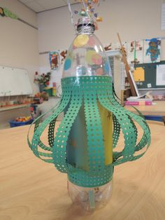 Als lampion; een limonadefles, vliegerpapier, borduurkarton. Makkelijk en het ziet er leuk uit. Lights, School, Diy, Lanterns, Paper Lanterns, Bricolage, Do It Yourself, Lighting, Homemade