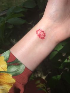 Lotus rotes kleines Tattoo - Tattoo Trends and Lifestyle Red Ink Tattoos, Feather Tattoos, Mini Tattoos, Body Art Tattoos, Tattoos For Guys, Tatoos, White Tattoos, Tattoo Girls, Red Lotus Tattoo