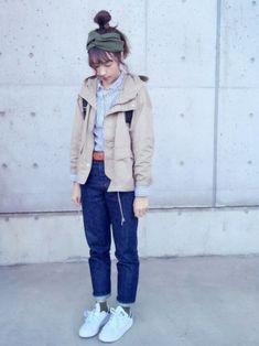 ベージュのマウンテンパーカーは着回し力抜群!ストライプのシャツ、レザーベルト、デニムともよく合いますね。ヘアバンドと靴下の色を合わせるのがおしゃれ上級者♪ Rain Jacket, Windbreaker, Normcore, Beams Boy, Coat, How To Wear, Jackets, Style, Fashion