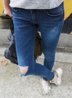 Today's Hot Pick :膝ダメージカットデニムスキニーパンツ【iamyuri】 http://fashionstylep.com/SFSELFAA0004128/iamyuriijp/out 伸縮性のあるコットン混紡素材を使ったスキニーデニムパンツです。 膝のダメージカット+さり気ないスクラッチ加工がスタイリッシュなアイテム☆ タイトにフィットするタイプで美脚、脚長効果あり◎!! デイリーなカジュアルコーデに欠かせないベーシックスキニー♪ ◆色: ブルー ※ウォッシュ加工の特性上、色合いに差がでる事があります。