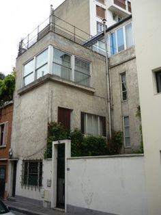 4 Villa Seurat, la maison Lurçat, 75014 Paris. Réalisée par André Lurçat pour le peintre Jean Lurçat (son frère), c'est la première maison construite dans la villa Seurat, voie créée et lotie au milieu des années 1920. Photo Micou