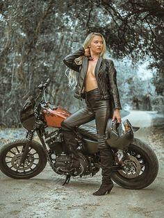 Motorbike Girl, Motorcycle Outfit, Lady Biker, Biker Girl, Chicks On Bikes, Bike Leathers, Rockabilly Cars, Cycle Chic, Trucks And Girls
