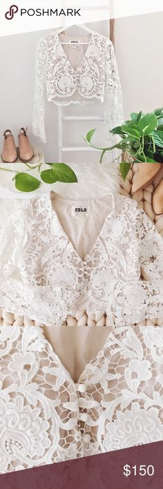 "sᴛᴏɴᴇ ᴄᴏʟᴅ ғᴏx ""ᴄʜᴀʀʟɪᴇ"" ᴄʀᴏᴘ ᴛᴏᴘ Great used condition Charlie blouse from Stone Cold Fox. A bolero-style Stone Cold Fox blouse composed in romantic lace. Deep V neckline. 3-button placket. Long, sheer sleeves. Partial lining. There are a few broken threads on the sleeves (example shown above). Top is a **SIZE 1!!** Fitting guide is provided above.   ‣100% ᴘᴏʟʏᴇsᴛᴇʀ ‣ʟᴇɴɢᴛʜ: ᴀᴘᴘʀᴏx. 16"" ‣ʙᴜsᴛ: ᴀᴘᴘʀᴏx. 34""   ✨Pet friendly home ✨Please ask questions before purchase ✨Reasonable offers welcomed…"
