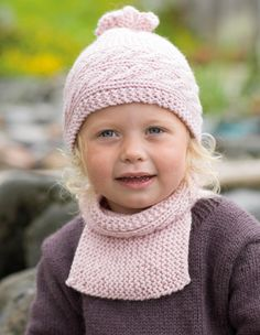 Lue og rillehals med fletter fra I all enkelhet Knitting Designs, Knitting Patterns, Baby Hats, Baby Knitting, Hue, Winter Hats, Crochet Hats, Children, Beanies