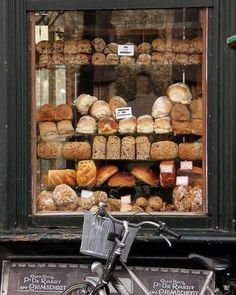 Ok this should bring shoppers into the store! #retail #visualmerchandising #3peconsulting #window #windowdisplay #freahbakedbread #bread #bakery #enticement #display #shop #shopper #customer #consumer #stopthemintheirtracks #presentation #howtoattractattention #lookssogood #italianbread #frenchbread #boulangerie #popup #popupstore #attraction