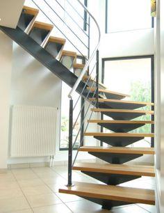 Escalier-limon-central-un-quart-tournant-finition-laquee-marches-en-hetre-main-courante-debillardee.jpg (492×640)