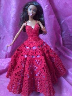 Vestido vermelho todo em croche, feito com linha 100% algodão, decorado com fita de setim, dando um laço atraz e abotoado com miçangas vermelhas, sendo as alças tambem feitas com miçangas vermelhas, a saia é forrada com tecido lilas para destacar o trabalho de croche e tem tambem o saiote de filó para dar uma leve armação na saia. R$ 45,00