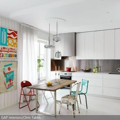 Die Kombination aus geradliniger Küche, Stühle in Shabby Chic und aufeinander abgestimmte Farbakzente ist es, was die moderne Kücheneinrichtung ausmacht. Die…