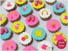 cupcakes with strawberry Cumpleaños Soy Luna Ideas, Disney Channel, Soy Luna Cake, Fondant, Cupcakes Lindos, Tie Dye Cakes, Susie Cakes, Disney Cupcakes, Pretty Cupcakes
