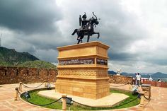 The Prithviraj Smarak is a memorial to Prithviraj Chauhan, the great hero of the Rajput Chauhan dynasty. Located on the Taragarh Road in Ajmer, the memorial has a statue of the king in black stone, mounted on a horse. King Of India, Sufi Saints, India Travel Guide, Jain Temple, Picnic Spot, Old Fort, Historical Monuments, Explore Travel, Pictures To Draw