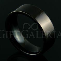 Aliança de Compromisso em Tungstênio Tormenta com espessura de 8mm, formato cilíndrico e reto clássico, cor preto.