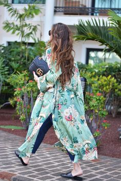 Boho Style Picture Description kimono: Zara ( this season ), sandals: last season, bag: Gucci ( this season ), sunnies: Celine, jeans: Zara ( this season Kimono Outfit, Kimono Fashion, Love Fashion, Fashion Looks, Fashion Trends, Gucci Kimono, Style Fashion, Fashion Decor, Green Fashion