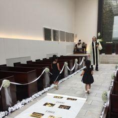 バージンロードのアイルランナーを挙式中に敷く結婚式演出 | marry[マリー]