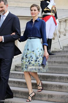 From her engagement until this is Queen Letizia of Spain Style Evolutio . - Looks com vestidos e saias - Modest Fashion Classy Outfits, Stylish Outfits, Modest Fashion, Fashion Dresses, Beautiful Evening Gowns, Frack, Queen Letizia, Royal Fashion, Skirt Outfits