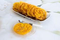 """Mshabak är en efterrätt som görs i olika delar av världen. Den är en favorit i bla hela Mellanöstern, Indien, Iran och Turkiet. Den kan smaksättas på olika vis med allt från saffran, olika mjölsorter till mannagryn. Denna version är den mest klassiska och enkla. Om jag ska förklara hur de smakar så är den bästa beskrivningen """"sliskigt söta och goda"""". Tänk dig en pannkaksliknande smet som friteras och sedan doppas i sirap. Krispiga och mycket söta. De håller sig i kylen upp till 7-10 dagar.…"""