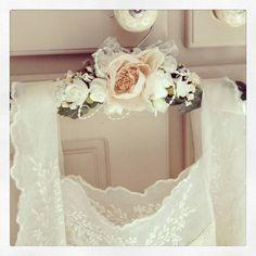 Pequenos detalhes que fazem a diferença: inspire-se nesta seleção de modelos de cabide para vestido de noiva.