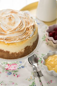 The Sweetest Taste: Cheesecake de limón y merengue Homemade Cheesecake, Lemon Cheesecake, Just Desserts, Delicious Desserts, Lemond Curd, Chocolates, Sweet Bakery, Sweet Cupcakes, Pan Dulce