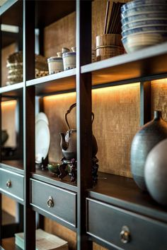 Light can make a huge impact on display cabinets and shelves. Built In Furniture, Furniture Design, Tea Lounge, Chinese Interior, Chinese Furniture, Asian Decor, Chinese Architecture, Joinery Details, Shelf Design
