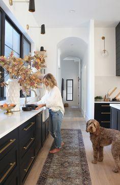 Home Decor Kitchen, Home Kitchens, Kitchen Ideas, Kitchen Small, Bungalow Kitchen, Luxury Kitchens, Modern Kitchen Design, Interior Design Kitchen, Galley Kitchen Design