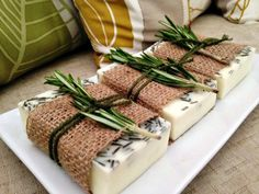 Wedding Gifts For Guests jabon cabra, romero y naranja Diy Savon, Soap Packing, Soap Recipes, Home Made Soap, Natural Cosmetics, Handmade Soaps, Bar Soap, Diy Beauty, Wedding Gifts