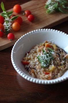 As Minhas Receitas: Quinoto (Risoto de Quinoa)  Ingredientes para 2 pessoas:  140g de quinoa 250g de abóbora hokkaido ou manteiga 4 folhas de acelgas - ou espinafres 12 tomates cereja 50ml de vinho branco 500ml de caldo de frango (usei caseiro - ou água) sal e pimenta q.b. 2 raminhos de tomilho fresco raspa da casca de limão 2 colheres de sopa de azeite 1 cebola 1 dente de alho 30g de queijo parmesão
