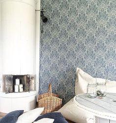 Det mörkblå mönstret Oriental Brocade gör sig så fint mot den ljusa kakelugnen hemma hos @detstarkalivet Färgkontraster skapar spänning men också balans i ett rum. #boråstapeter #collectedmemories #orientalbrocade #inredning #interiordesign #scandinaviandesign #scandinavianhome #tapet #wallpaper