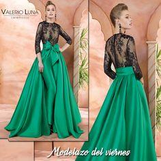 Pura originalidad el #modelazo de hoy de #ValerioLuna Ball Dresses, Ball Gowns, Prom Dresses, Formal Dresses, Green Velvet Dress, Green Dress, Chic Outfits, Pretty Outfits, Indian Gowns