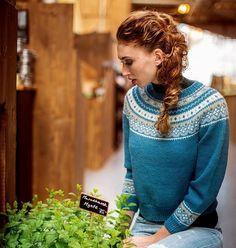 Lekker og fargefin genser med rundfelling får du oppskrift på i ukens Allers. Oppskriften kommer i størrelsene XS – XXL. Design og foto: Dale Garn #allers #allersstrikk #strikkegenser #klassiskstrikk #strikkeglede #strikke #strikket