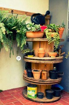 Bobinas de madera transformadas en jardín vertical