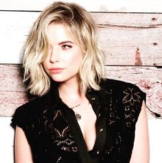 The detail on Ashley's top is so cute! | Pretty Little Liars
