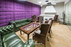 Klub Przedsiębiorcy - Elegancja połączona z nowoczesnym designem to opis idealnie pasujący do tej sali wyposażonej w barek, hokery, dwa telewizory LCD i kolorowe skórzane fotele. Półformalne spotkanie, prezentacja oferty klientowi? Z pewnością nie znajdziesz lepszego miejsca. #salespotkan #pgenarodowy #warszawa #businesslink