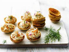 Maukkaat kylmäsavulohinapit ovat helppo valmistaa. Ne ovat mainio pikkutarjottava illanistujaisiin, kokkareille tai ruokahalun herättäjäksi aterialle. Täytä napit mahdollisimman lähellä tarjoiluhetkeä, jotta ruissipsit pysyvät rapeina.
