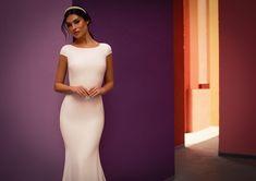Dieses wunderschöne Brautkleid aus der aktuellen White One Kollektion 2021 findest Du bei Boesckens in Erkelenz. Es ist eines von hunderten Brautkleidmodellen, die Du in allen Größen von 32 bis 58 bei uns erleben kannst. Die allermeisten Bräute buchen rechtzeitig vor der Hochzeit einen unverbindlichen Beratungstermin, damit sie ihr ganz persönliches Traumkleid bei uns finden. Wir freuen uns auf Dich!   ::  #brautkleid #hochzeitskleid #boesckens Wedding Dresses, Fashion, Gown Wedding, Marriage Dress, New Wedding Dresses, Registry Office Wedding, Scale Model, Bride Dresses, Moda