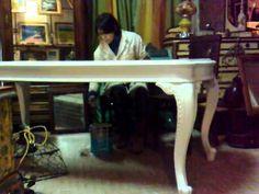 Tavolo in stile Chippendale degli anni 50, recuperato in un mercatino delle pulci, è stato trattato con antitarlo, carteggiato e levigato più volte, dipinto ...