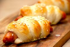 Verdens bedte pølsehorn, der bages med gode brunchpølser. Brødet har en god smag og krumme, og pølsehornene drysses med sesamfrø inden turen i ovnen. Foto: Guffeliguf.dk.