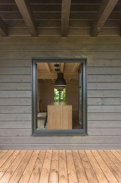 To samo drewno, różne kolory - drewno na tarasie jest tylko zaimpregnowane, deski na elewacji pomalowano na szary kolor