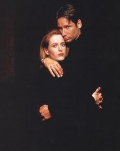 Gillian Anderson and David Duchovny. if she had brown hair she'd look just like my mom in high school. Barely realizing this Gillian Anderson David Duchovny, Duchovny Anderson, X Files, David And Gillian, Dana Scully, Trust No One, Twin Peaks, Classic Tv, Best Tv