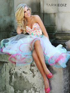 Love this dress ~ it looks like an updated style from the 50s and 60s.