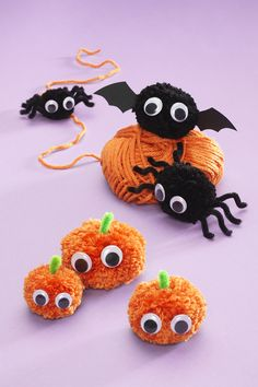 Pom poms for Halloween DIY Pompom pumpkins, bats and spiders Halloween Fabric Crafts, Halloween Arts And Crafts, Halloween Decorations For Kids, Fete Halloween, Toddler Halloween, Halloween Birthday, Halloween Activities, Skeleton Decorations, Fall Crafts For Toddlers