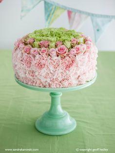 Flower cake, by Sandra Kaminski www. - Flower cake, by Sandra Kaminski www. Fresh Flower Cake, Fresh Flowers, Beautiful Flowers, Flower Cakes, Birthday Cake With Flowers, Cool Birthday Cakes, Floral Cake, Arte Floral, Wedding Cake Designs