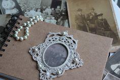 Fijn gehaakt foto lijstje, op een foto album als label of ter decoratie