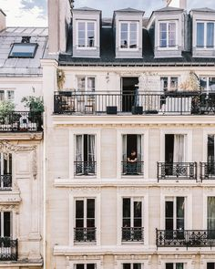 What could be better than a weekend in Paris? Your guide to spending le weekend (or longer!) like a Parisian in the City of Lights. A customizable itinerary French Buildings, Paris Buildings, Colourful Buildings, Parisian Architecture, Architecture Design, Most Beautiful Cities, Beautiful Buildings, Building Aesthetic, Le Weekend
