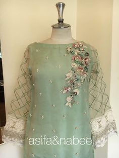 Dress Designer Indian Kurti Ideas For 2019 Embroidery On Kurtis, Kurti Embroidery Design, Embroidery On Clothes, Embroidery Suits, Pakistani Formal Dresses, Pakistani Dress Design, Pakistani Outfits, Kurta Designs, Blouse Designs