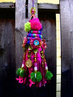 TREASURE HUNT TASSEL One day class Level: all This fabulous tassel is a serendipitous creation made from all those precious scraps of fibe. Passementerie, Paper Beads, Fabric Paper, 4th Of July Wreath, Boho Decor, Wind Chimes, Lana, Embellishments, Tassels
