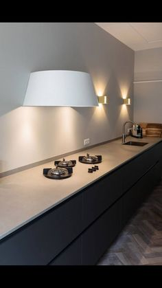 Love this light shade look on this cooker hood in this kitchen don't you? - Love this light shade look on this cooker hood in this kitchen don't you? Minimal Kitchen, Modern Kitchen Design, Interior Design Kitchen, Küchen Design, Deco Design, House Design, Kitchen Dinning Room, Kitchen Decor, Small Cooker