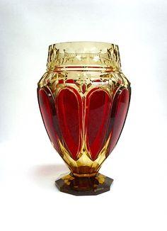 """CRISTAL VAL SAINT LAMBERT, rare vase modèle """"E.L. 317"""" en cristal topaze (Coloré à l'or) taillé et doublé rouge, création de Joseph SIMON pour l'Exposition Internationale de Liège en 1930, h 28,5 cm."""