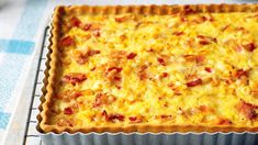 Gurmánskou klasikou severovýchodní Francie je populární quiche Lorraine. Quiche Lorraine, Macaroni And Cheese, Pizza, Ethnic Recipes, Food, Mac And Cheese, Essen, Meals, Yemek