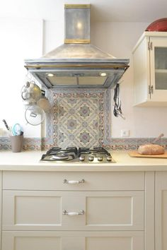 kitchens Best subway tile backsplash ideas for any kitchen 00016 How Cellulose Insulation Is Applied Stove Backsplash, Subway Tile Backsplash, Backsplash Ideas, Wall Tiles, Vintage Tile, Vintage Kitchen Decor, French Vintage, Vintage Modern, Small Open Plan Kitchens